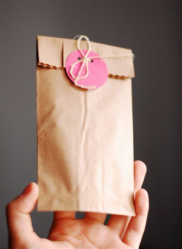10 buc Pungute decorative din kraft paper cu inchidere fir de canepa si  bulina colorata