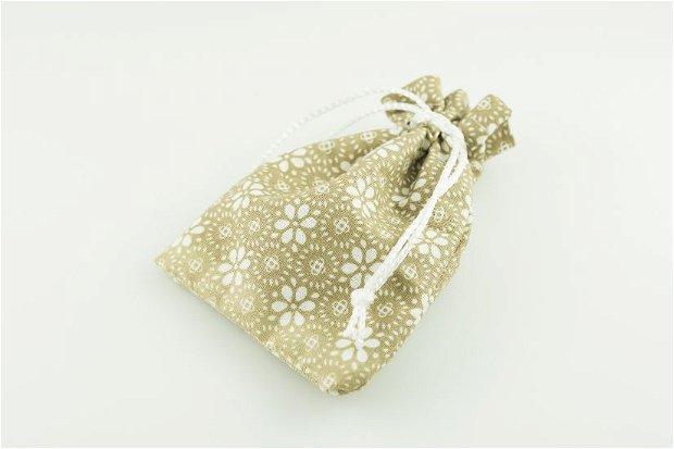 Saculeti din material textil crem cu floricele albe, 10x6.5cm