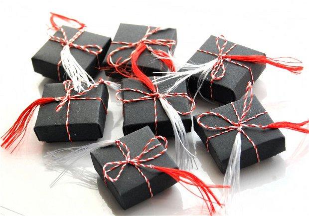 Set 10 Martisoare  Blidute traditionale in capacel de ghinda si panza canepa vintage impachetate in cutiute negre