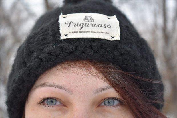 Caciula tricotata manual cu eticheta personalizata