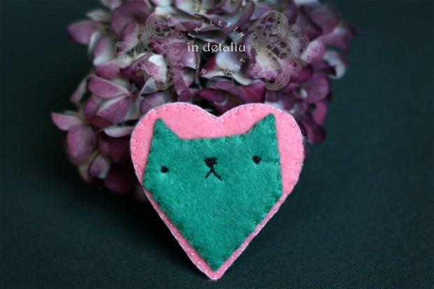 Brosa sau magnet din fetru, pisica intr-o inima.