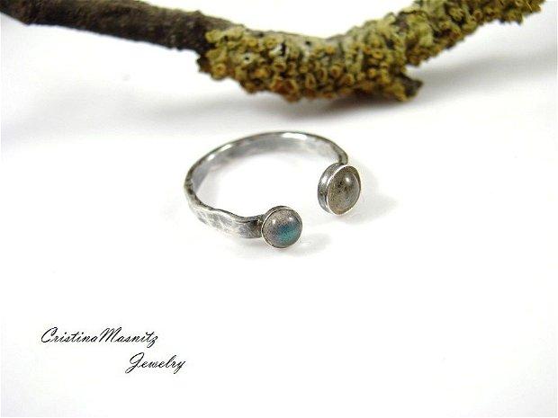 Inel reglabil din argint 925 partial oxidat, cu textura de ciocan, pentru prima falanga, cu pietre de labradorit