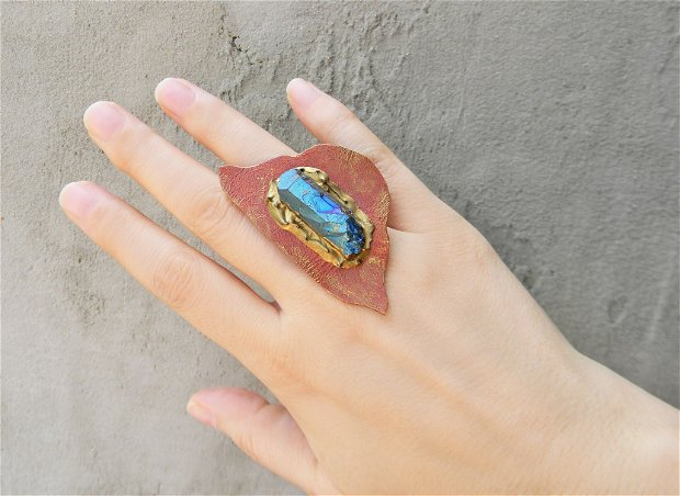 Inel supradimensionati din piele maro cu decoartie de cristal brut, inel mare cu cristal albastru, inel handmade unicat, inel asimetric