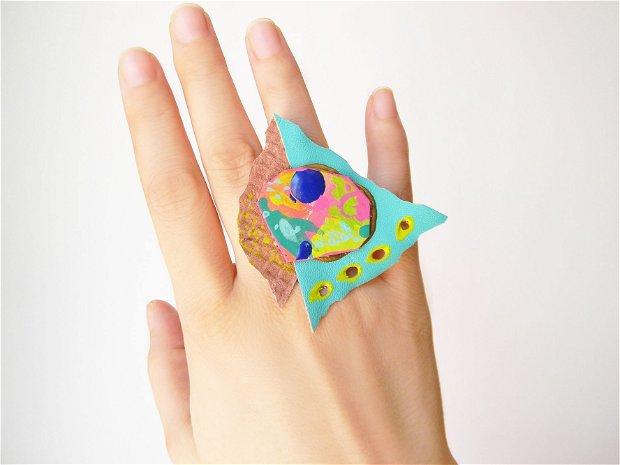Inel supradimensionat din piele si carton tratat si pictat cu motive abstracte, inel foarte mare din piele turcoaz, inel colorat handmade unicat, inel din piele naturala