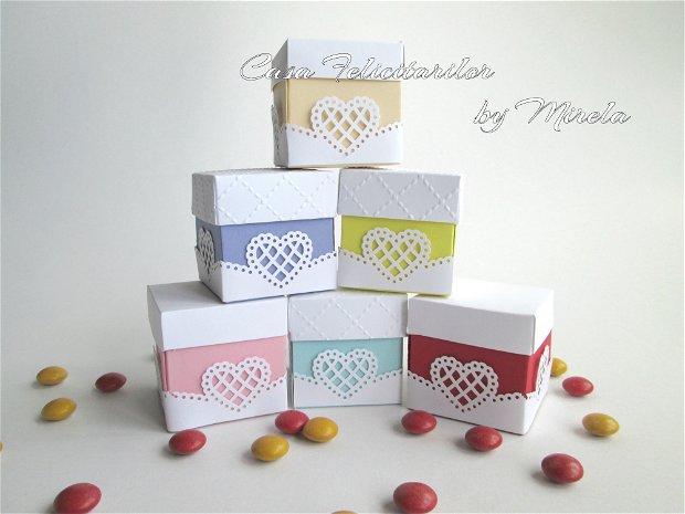 Cutii pentru marturiile de nunta-decorate cu inimioare dantelate.
