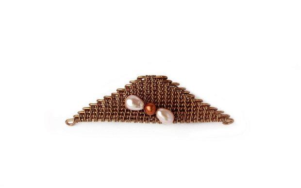 Broșă Triunghi - din sârmă de bronz și perle de cultură