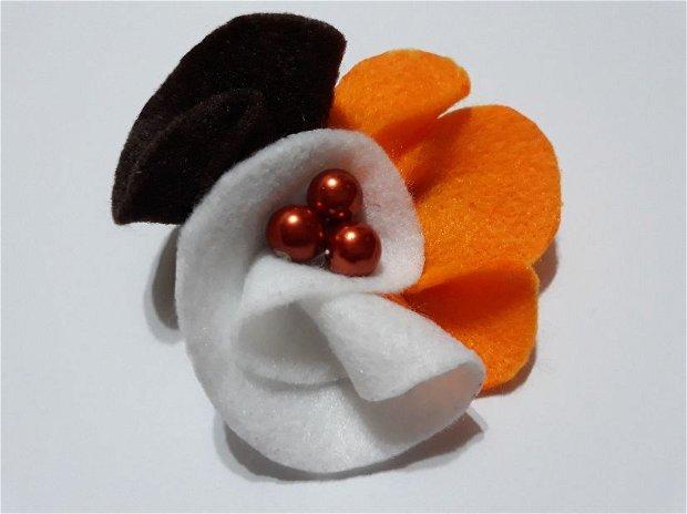 Brosa din fetru portocaliu cu alb