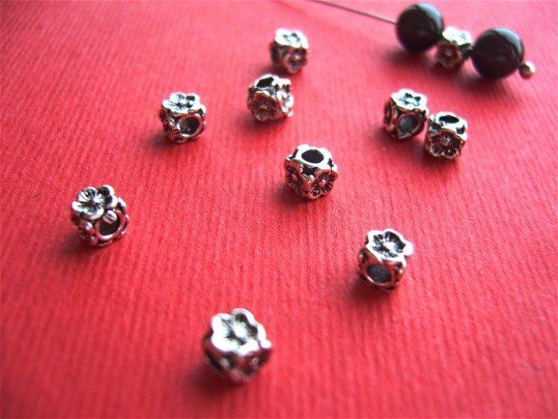 Distantier cub cu 4 laturi cu flori din argint antichizat aprox 4x4 mm