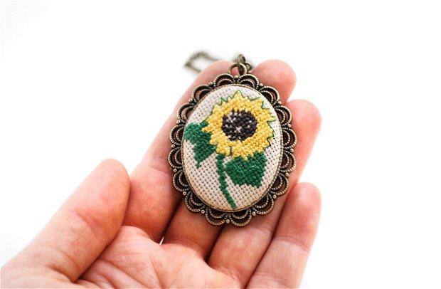 Colier cu broderie manuala - floarea soarelui pe panza taraneasca cod 243