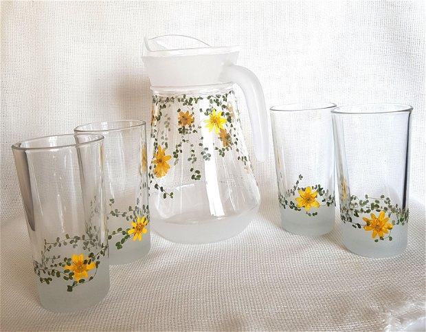 Set cana si pahare pentru apa, decorate cu flori presate.