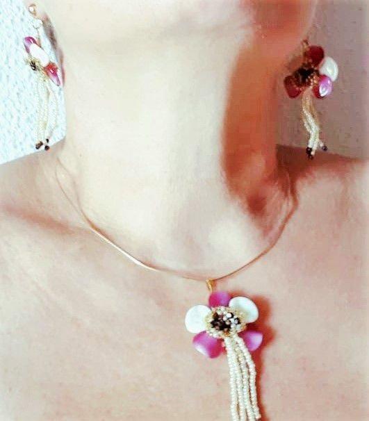 set compus din pandantiv si cercei, in forma de orhidee, realizat din margele cehesti