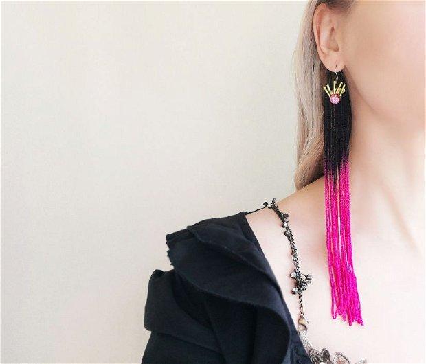 Cercei lungi cu franjuri de matase in negru si roz/fucsia/ciclam cu margele colorate aplicate, cercei foarte lungi handmade, cercei super lungi xxl cu franjuri, cercei statement unicat