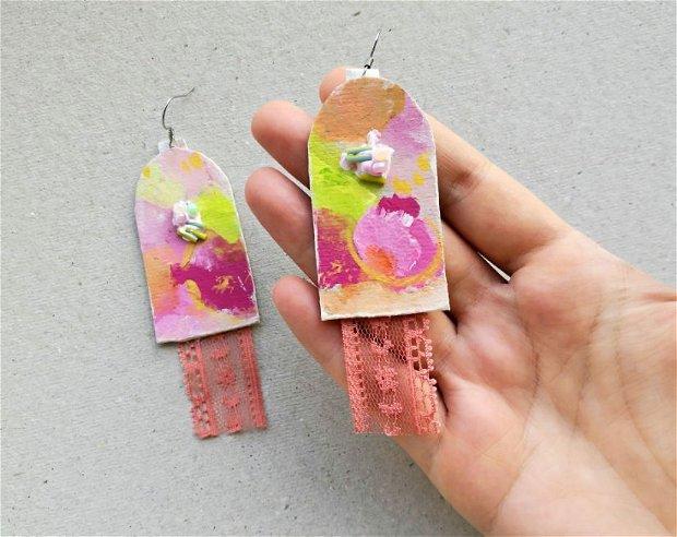 Cercei roz corai somon pictati manual cu aplicatii de dantela corai, cercei abstracti statement, cercei lungi, cercei mari, cercei colorati