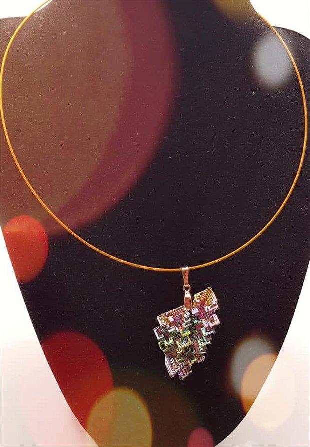 pandantiv unicat cu cristal de bismut in forma de frunza, cu agatatoare de argint 925