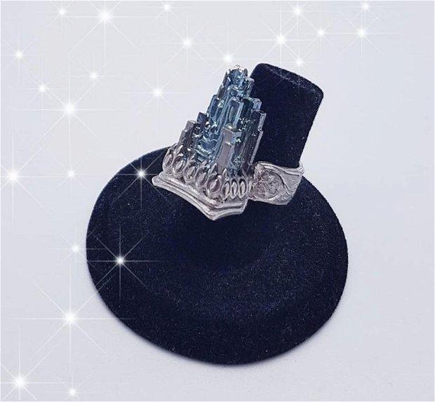 inel de autor, unicat, cu cristal de bismut in forma de castel, din argint 960