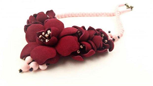 Colier din piele naturala  , flori , margele, bordo roz