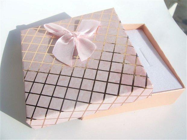 Cutie cadou roz pentru set (cercei, colier si inel) aprox  8.9x8.9x2.7 cm