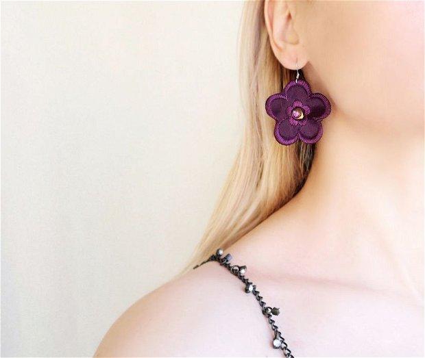 cercei cu flori textile mov violet si margele din sticla fatetata, cercei din satin brodat cu flori, cercei handmade cu cristale