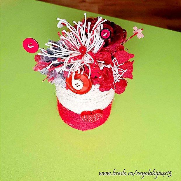 Aranjament floral {Rosu-Alb} - textile si nasturi