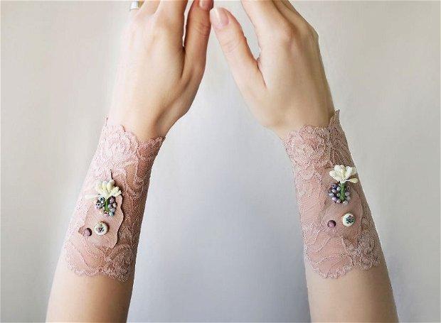 Set de bratari/mansete din dantela elastica cu margele si flori aplicate, bijuterii textile romantice Shabby chic, manusi/mansete din dantela roz nude