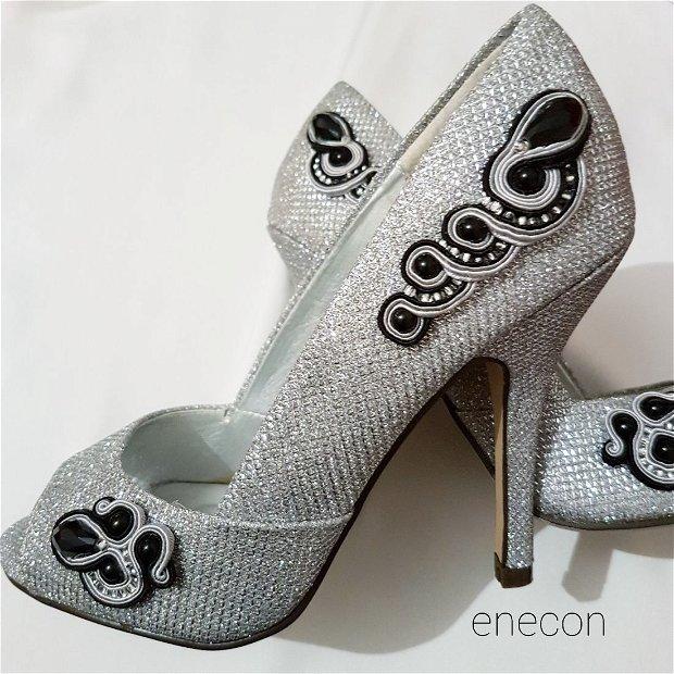 Pantofi decupati nr. 36 argintii cu aplicatii soutache