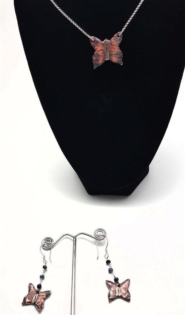 set unicat, compus din pandantiv si cercei atarnatori, in forma de fluture din cupru emailat si argintat, cu accesorii din argint 925 si safire albastre