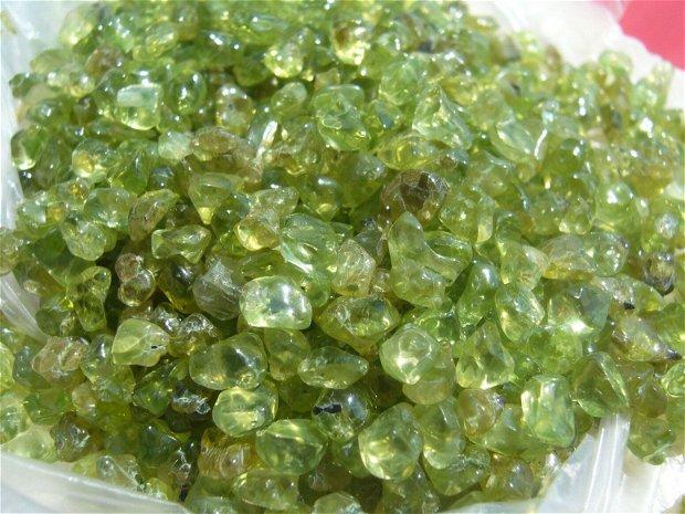 Peridot NATURAL brut cristale mici - 50 gr