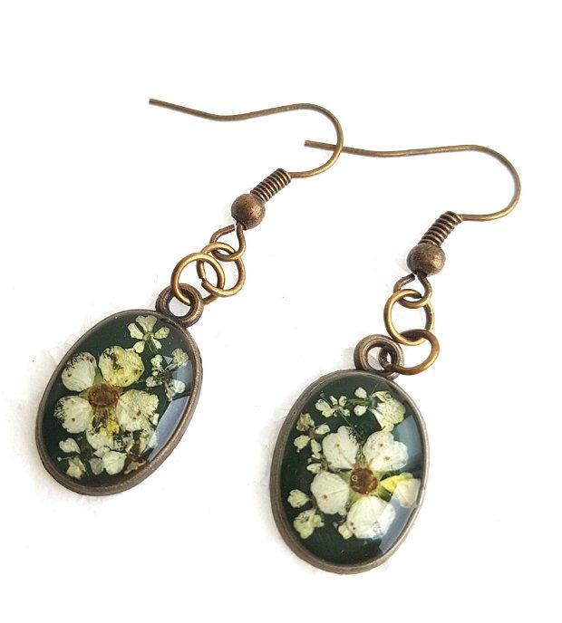 Cercei ovali cu flori de camp in rasina
