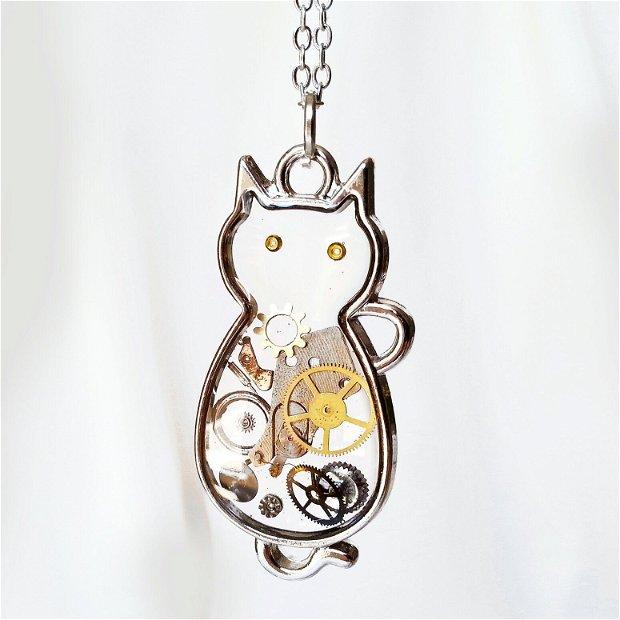Pandantiv pisica cu piese de ceas in rasina, medalion steampunk, pisicuta argint