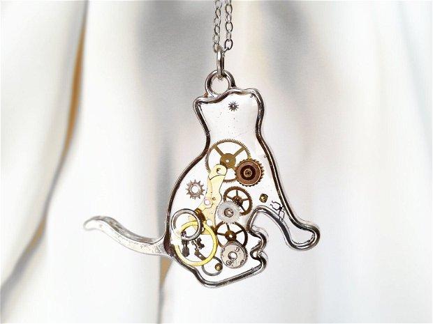 Pandantiv pisica cu piese de ceas steampunk in rasina, medalion pisicuta