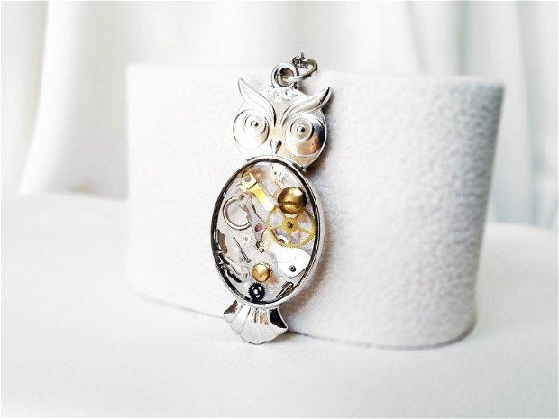Pandantiv bufnita cu piese de ceas steampunk in rasina