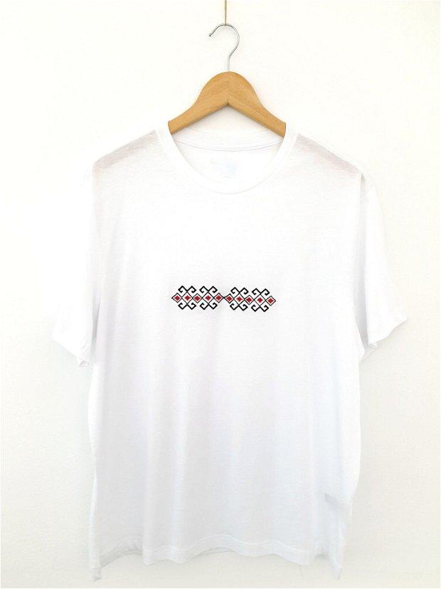 Tricou pentru bărbați, brodat cu motive tradiționale româneşti