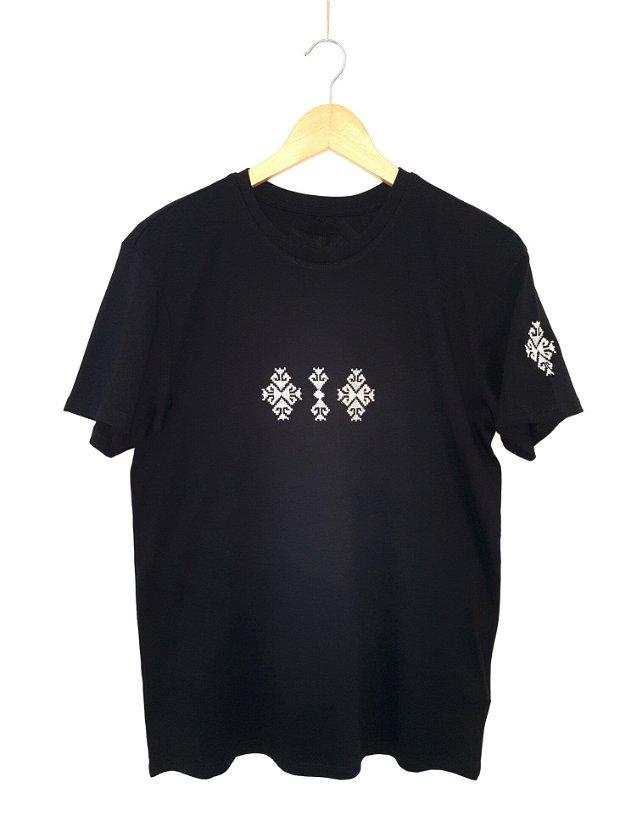Tricou pentru bărbați, brodat cu motive tradiţionale româneşti