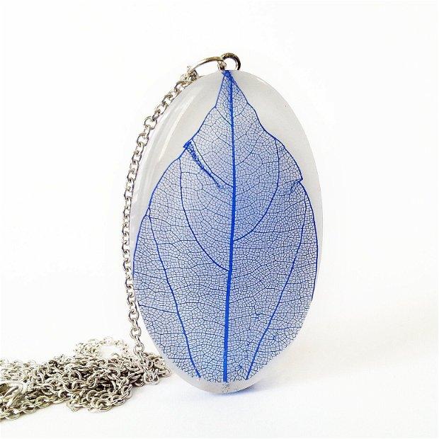 LICHIDARE STOC - Lant cu medalion frunza naturala in rasina, pandantiv albastru alb