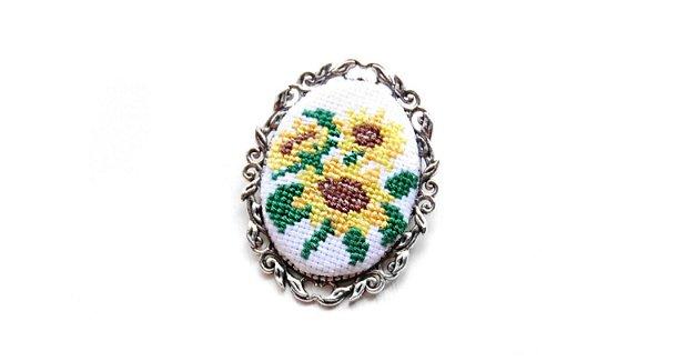 Brosa cu broderie manuala - floarea soarelui pe panza taraneasca