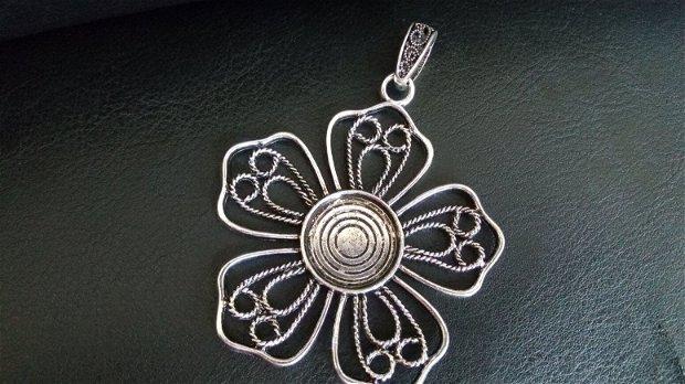 Pandantiv floare, cu filigran, nuanță argint antic
