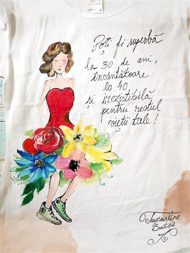 Femeia în rochie și teniși