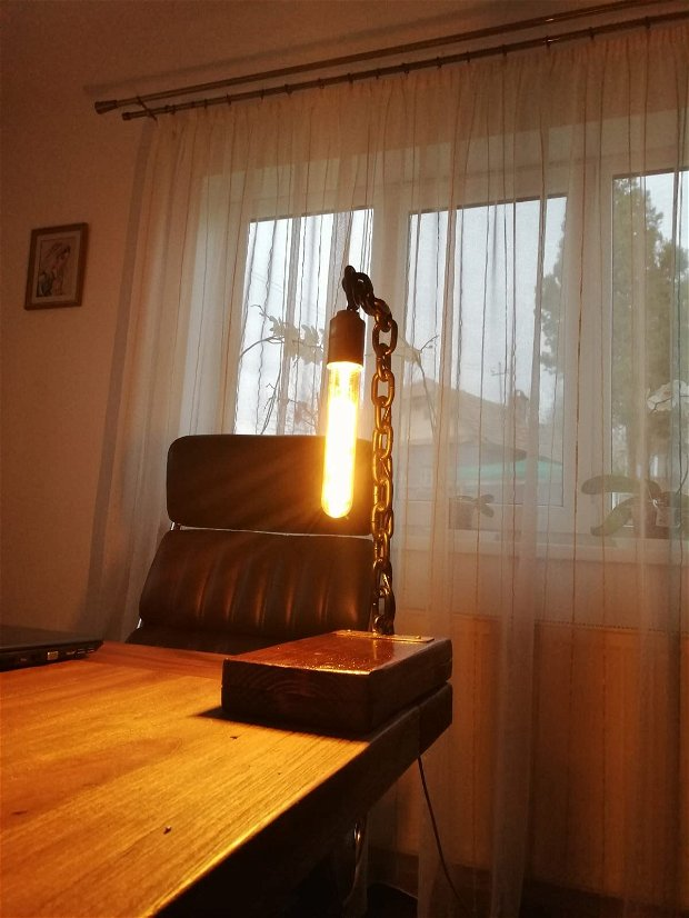Lampa lanț sudat și blat de lemn masiv