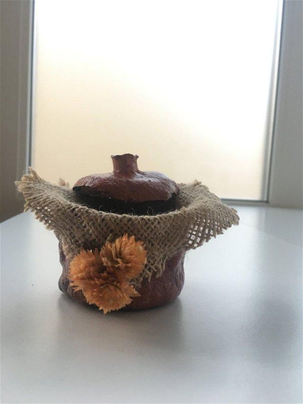 Cutiuta rustica pentru bijuterii confectionata din rodie uscata cu panza iuta si flori uscate
