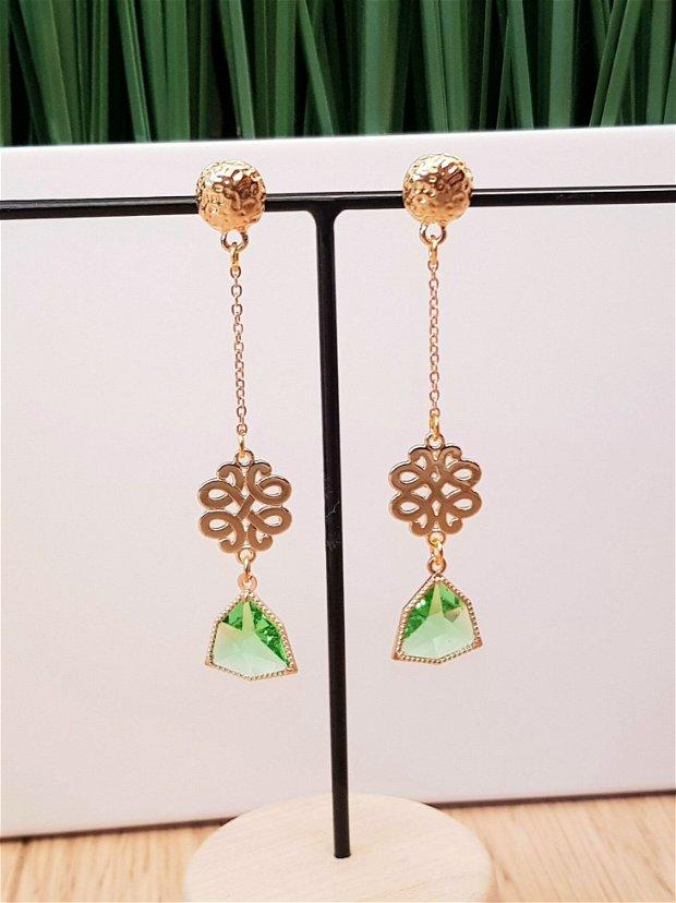 Cercei lungi cu cristale verzi fatetate si elemente metalice aurii