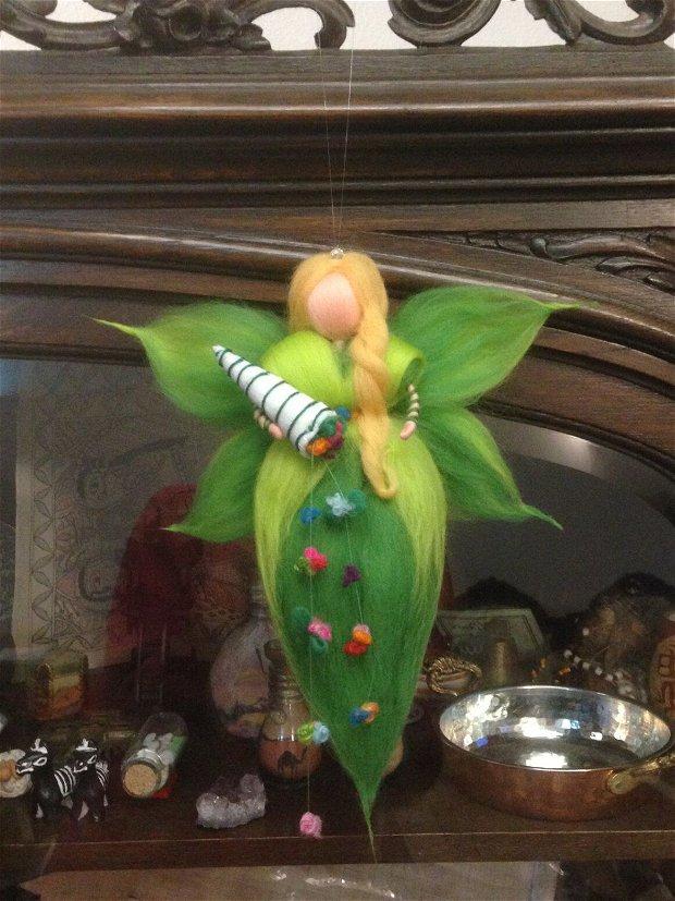 Zâna primăverii, decorațiune Waldorf handmade din lânã merinos 100%