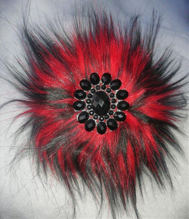 Broșă din blană eco roșu cu negru, cu decor bijuterie in mijloc