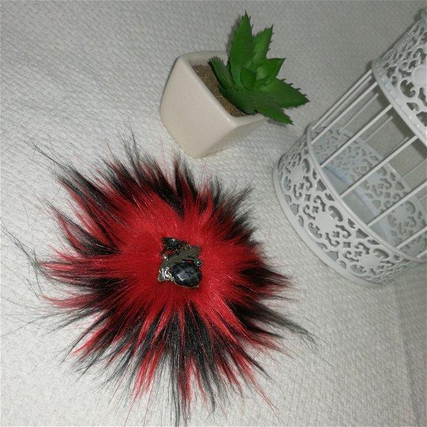 Broșă din blană eco, negru cu rosu