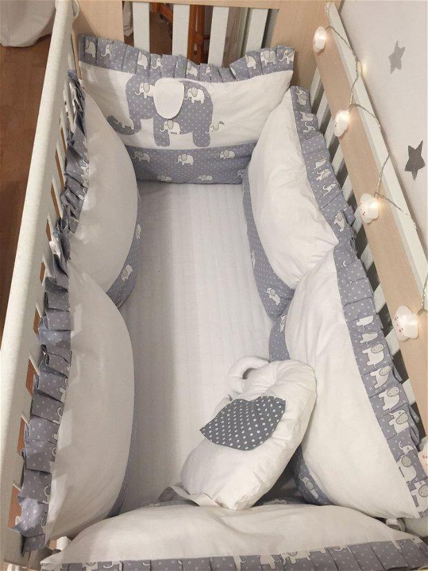 Set aparatori protectii laterale pentru patut, in 2 culori cu aplicatie si perna decorativa, format din 8 piese