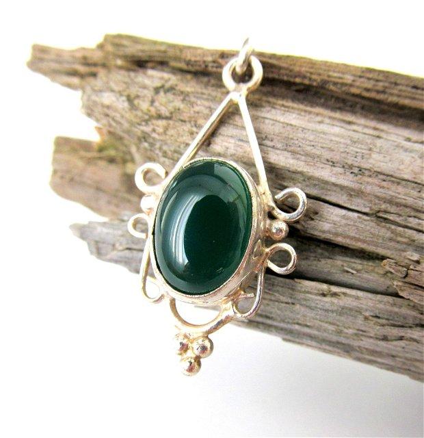 Pandantiv/ medalion argintat şi agat verde-pădure