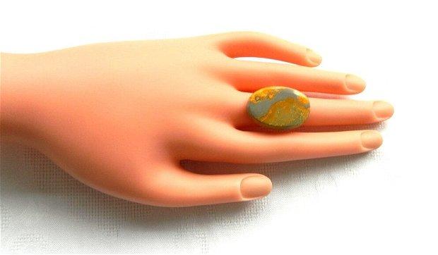 Inel cu caboşon oval din bumble-bee jasp