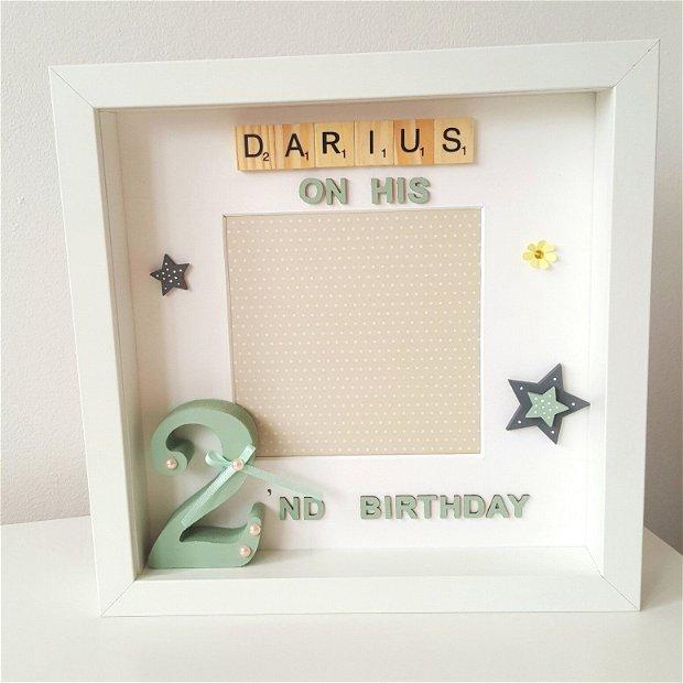 Ramă foto personalizată pentru aniversare | Ramă decorativă cu nume din litere scrabble | Cifră volumetrică din lemn