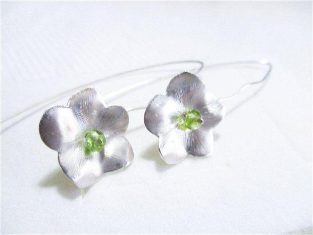 Cercei argint flori cu peridot, cu tija lunga
