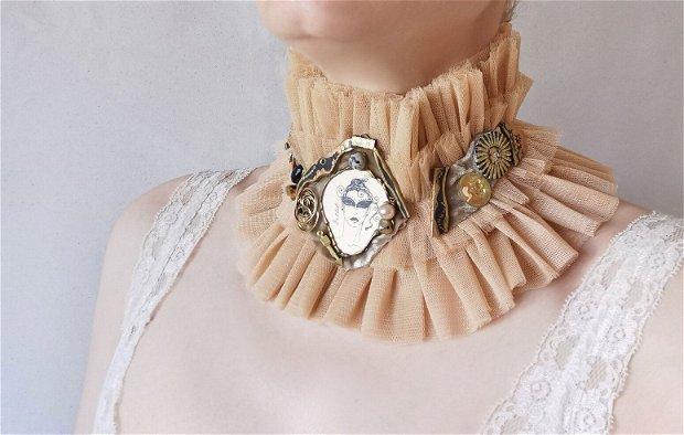 Guler bej din tulle cu margele si scoici, Choker lat cu portret de femeie by Elyseeart, Guler victorian cu accente moderne, accesorii pentru gat, Guler/Colier handmade unicat