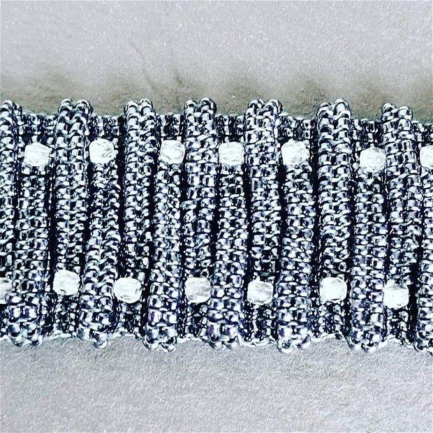 brățara tip manseta din mărgele de nisip argintiu metalic, cu mărgele biconice translucide cu inchizatoare metalica magnetica